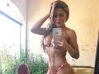 Vanessa Mesquita posa de biquíni e exibe corpão