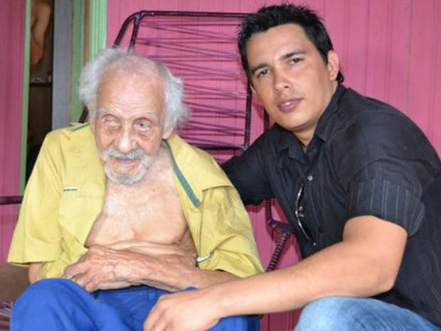23509863f798e4 Alexandre Santana, do INSS, com seu João; post do colega Kennedy Afonso  sobre