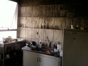 Cozinha de apartamento foi atingida por inc&#234;ncio (Foto: Mariava Quadros/Arquivo)