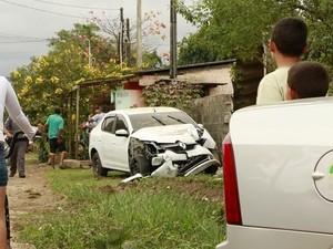 Carro ficou danificado após colisão em Itanhaém (Foto: Tabloide do Litoral/Arquivo)