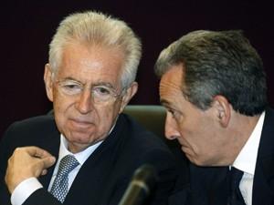 Em imagem de arquivo, premiê italiano Mario Monti, à esquerda, conversa com o ministro da Economia Vittorio Grilli  (Foto: AP)