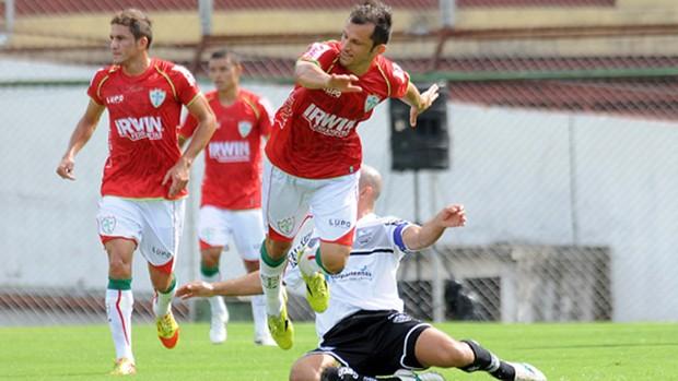 Correa, da Portuguesa, tenta se livrar de marcação de Acleisson, do Comercial (Foto: Divulgação / Portuguesa)