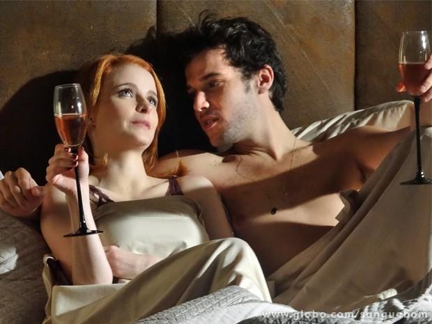 Maurício se rende aos elogios de Lara e acaba indo para a cama com ela (Foto: Sangue Bom/ TV Globo)