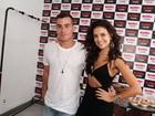 Paloma Bernardi posa com Thiago Martins em bastidores de show