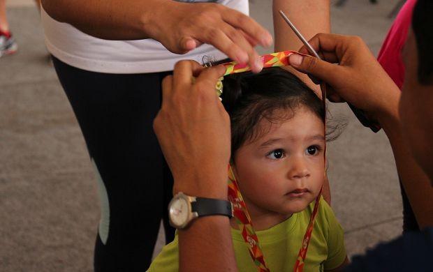 Atenta, menina recebe medalha de participação (Foto: Marcos Dantas/ Globoesporte.com)