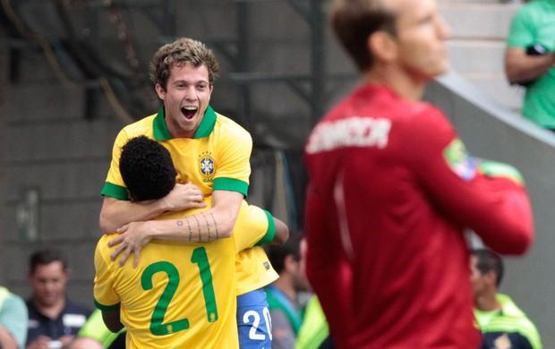 Bernard e Jô comemoração gol Brasil Austrália (Foto: Jorge William / Ag. O Globo)