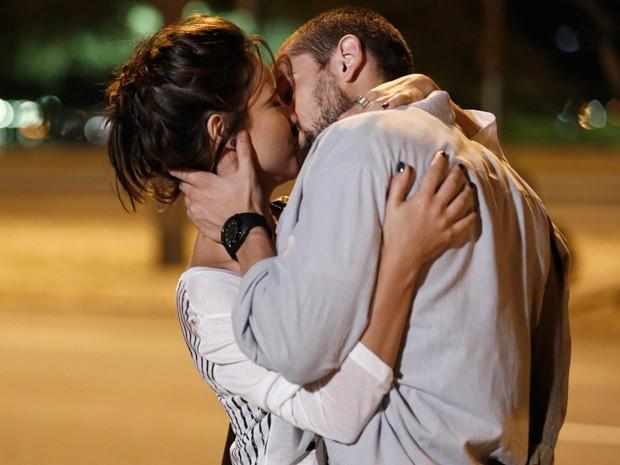 Maria Clara e Vicente não percebem Enrico a espreita (Foto: Inácio Moraes/Gshow)