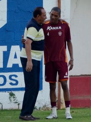 Nedo se despede do atacante Fernando Karanga (Foto: Tiago Campos)