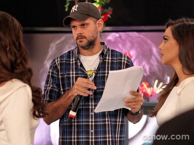 Leonardo Nogueira dirige Giovanna Antonelli e Tainá Müller no casamento de Clara e Marina (Foto: Pedro Curi/ TV Globo)