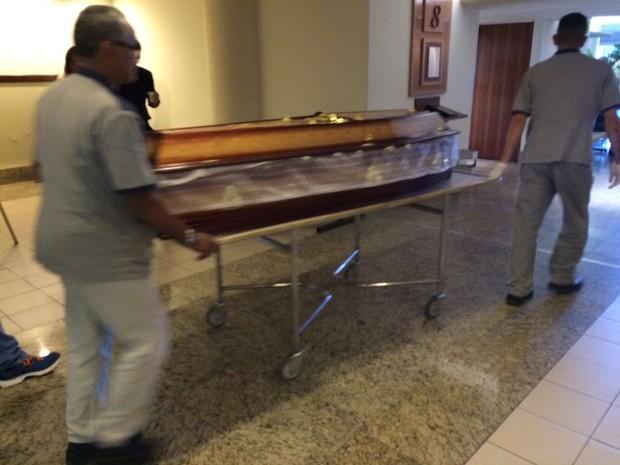 Pai da Xuxa chega ao velório (Foto: Lucinei Acosta / EGO)