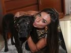 Após perder cachorrinho, Nicole Bahls brinca com pitbull em evento