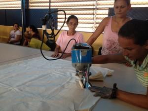 Alunas nas aulas de corte de modelagens no curso de qualificação (Foto: Ivanete Damasceno/G1)