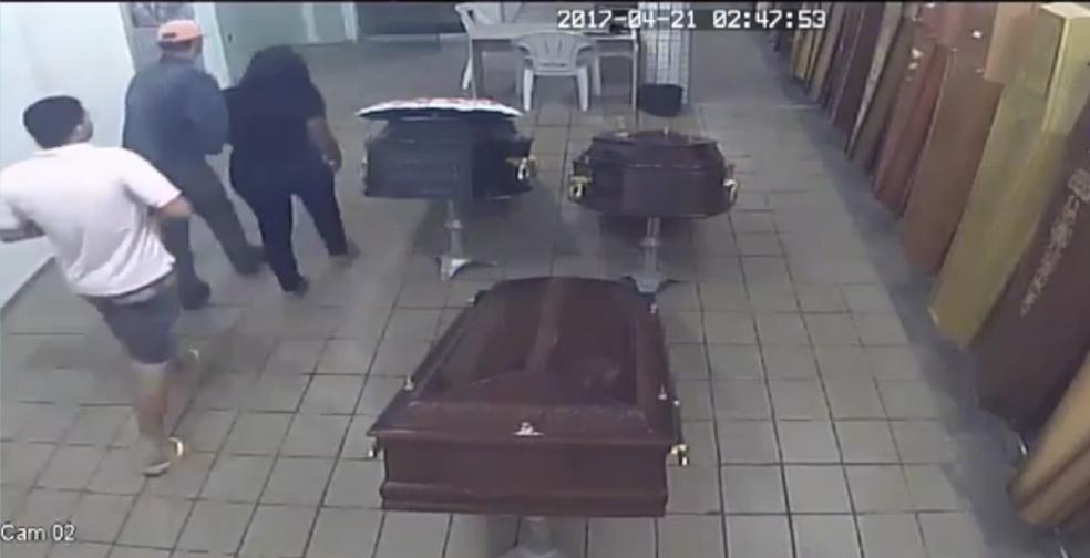 Câmeras de segurança mostram mulher saindo de velório do marido com suspeitos no Alecrim, em Natal (Foto: Reprodução)