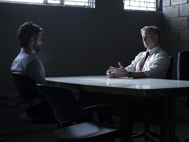 Dias faz interrogatório para Edu sobre crimes (Foto: Estavam Avellar / TV Globo)