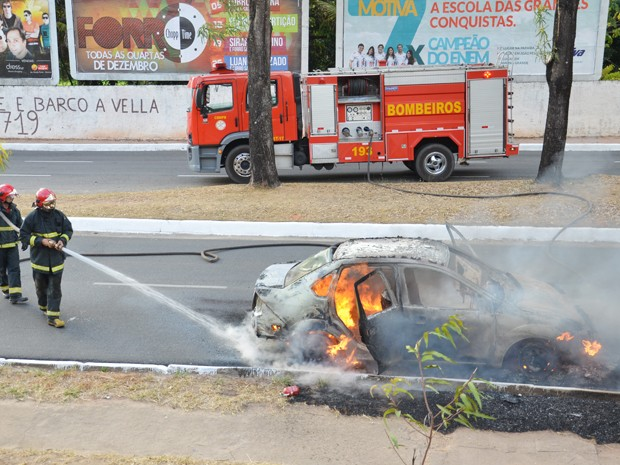 Equipe do Corpo de Bombeiros esteve no local para apagar o incêndio na manhã desta quaerta-feira (19) em João Pessoa (Foto: Walter Paparazzo/G1)