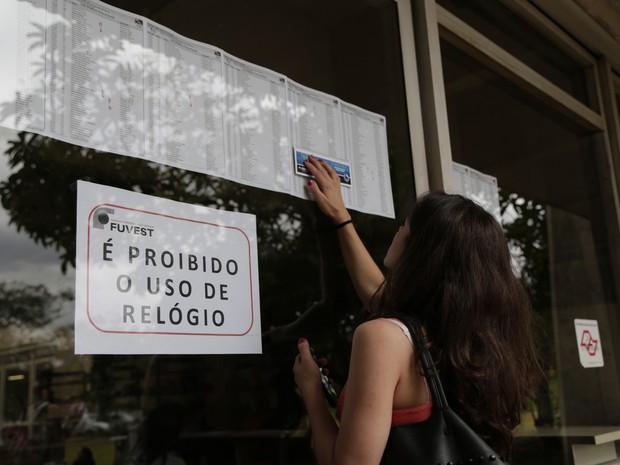 Candidata confere a sala em que fará a prova no prédio da engenharia da USP.  (Foto: Analice Diniz/ G1)
