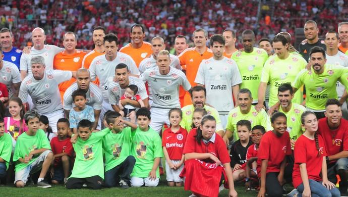 Grupo de atletas reunidos antes do Lance de Craque (Foto: Ricardo Duarte / Inter, DVG)