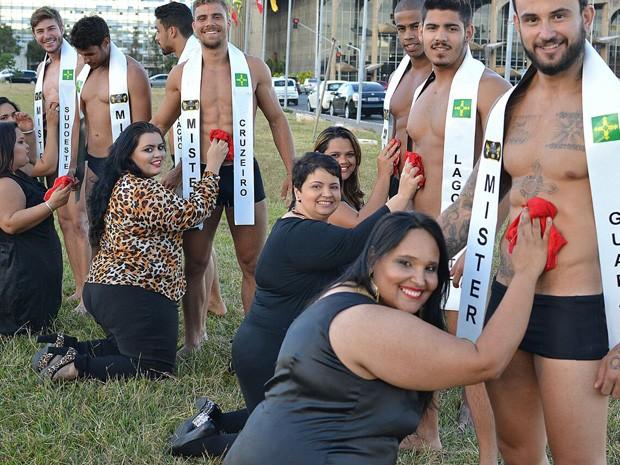 Modelos plus-size lavam roupa em 'tanquinho' de candidatos a Mister DF (Foto: Arnaldo Silva/Reprodução)
