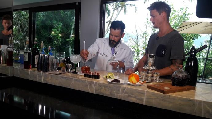 Bartender Dino Maciel apresentou algumas das novidades em drinks para o Gui Bernardy e (Foto: RBS TV/Divulgação )