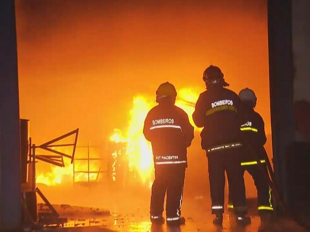 Fogo começou por volta das 17h30, segundo bombeiros (Foto: Reprodução/RPC)