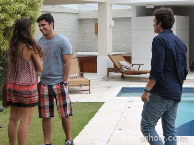 Laerte fica nervoso ao ver Luiza falando com André (Foto: Em Família / TV Globo)