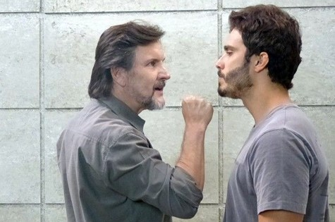 LC (Antonio Calloni) e William (Thiago Rodrigues) (Foto: TV Globo)