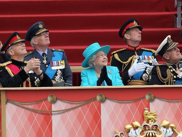 Chefe da defesa britânica general Sir David Richards (esquerda), rainha Elizabeth II (centro) e príncipe Philip (direita), duque de Edinburgo, assistem à apresentação das Forças Armadas em Windsor (Foto: AFP)