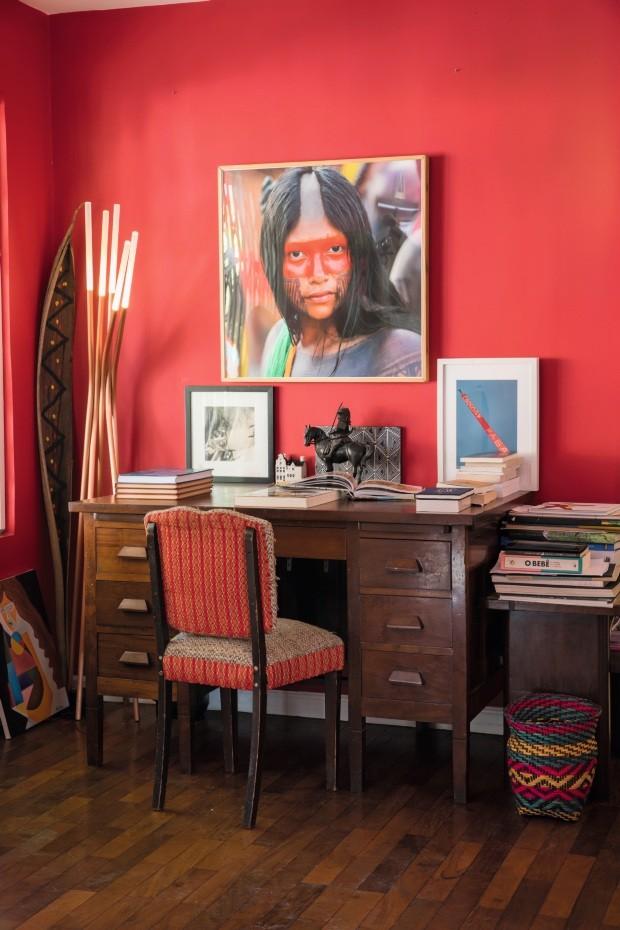 No alto, a luminária Herba foi desenhada por Marko para a Bertolucci. Atrás dela, a folha de bananeira foi pintada pela filha do casal (Foto: Lufe Gomes / Editora Globo)