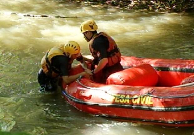 Simulação de salvamentos foi realizada no treinamento (Foto: Reprodução / TV Tem)