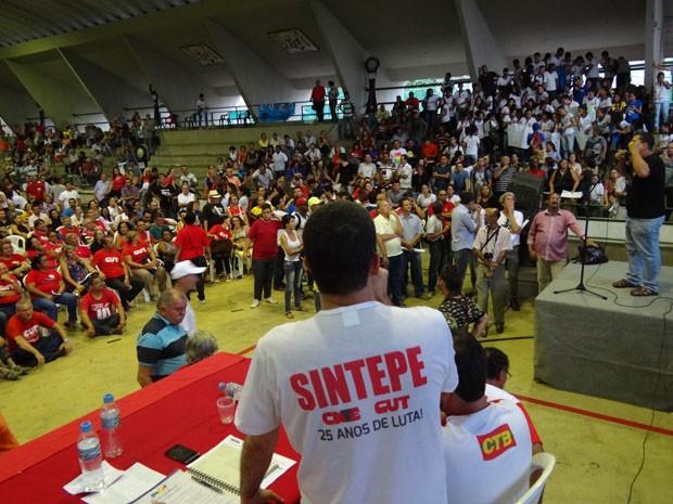 Durante os discursos, a maior parte dos professores defendeu a deflagração da greve, apoiada por alunos (Foto: Luna Markman/G1)