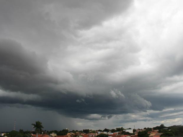 Céu de Campo Grande nesta tarde de domingo (14) (Foto: Gabriela Pavão/ G1 MS)