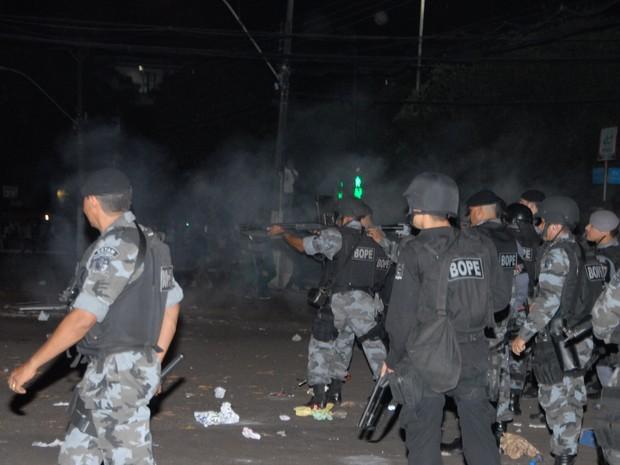 Policial atira contra manifestantes no centro de Macapá (Foto: Gabriel Penha/G1)