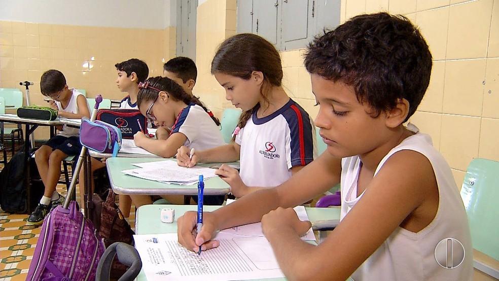 Crianças receberam a missão de escrever para o Papa Francisco  (Foto: Reprodução/Inter TV Cabugi)