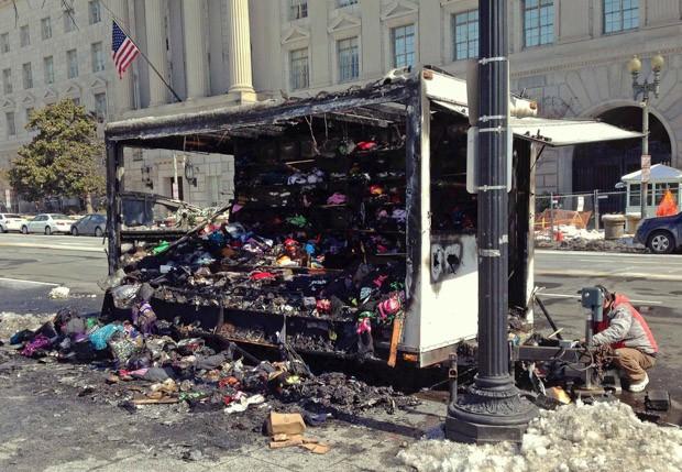 Trailer de souvenir que disparou o alerta de segurança na Casa Branca é visto em Washington após incêndio (Foto: Justin Mitchell/Reuters)