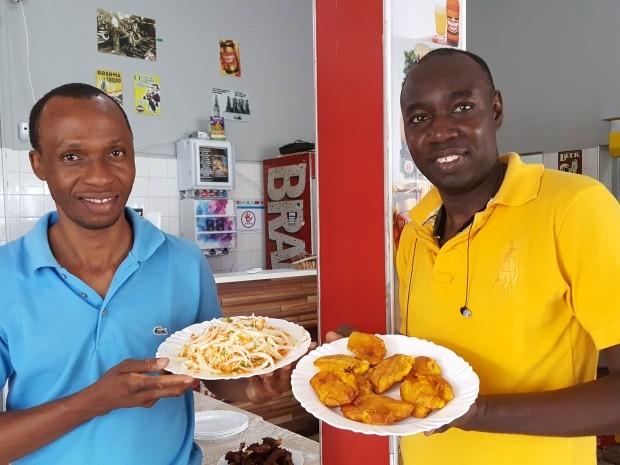 Jean e amigo apresentam pratos típicos em bar de Campinas, SP (Foto: Fernando Pacífico / G1)