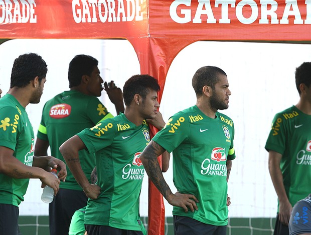 Neymar e Daniel Alves treino seleção brasileira (Foto: Mowa Press)
