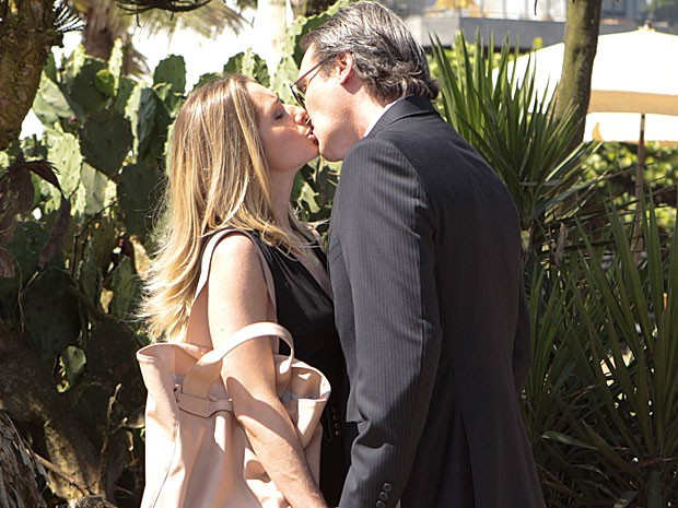 Letícia Spiller e Dalton Vigh gravam cena de beijo (Foto: Salve Jorge/TV Globo)