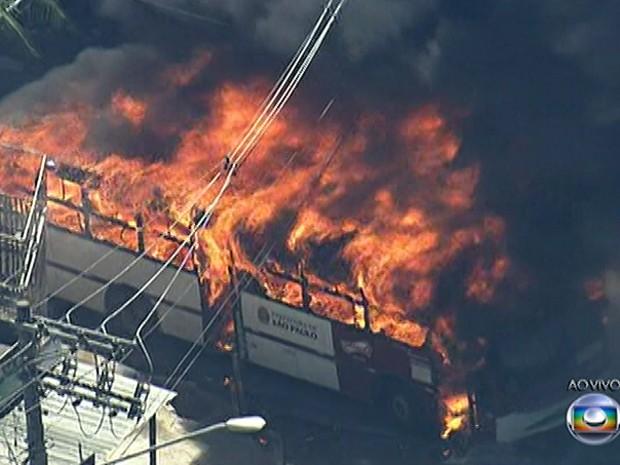 Ônibus é incendiado na M'Boi Mirim (Foto: Reprodução TV Globo)