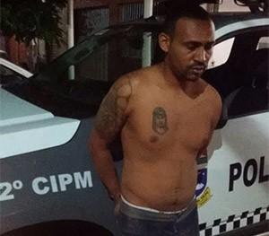'Roni Macaco' ainda tentou fugir pelo telhado, mas acabou se entregando   (Foto: Divulgação/PM)
