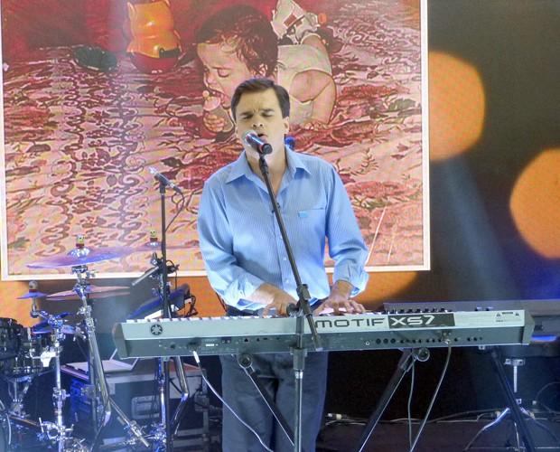 Sucesso no The Voice, Edu solta a voz no Mais Você (Foto: Mais Você/TV Globo)