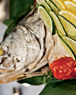 Robalo assado na folha de bananeira com tomates e farofa de banana-da-terra (Foto:  )