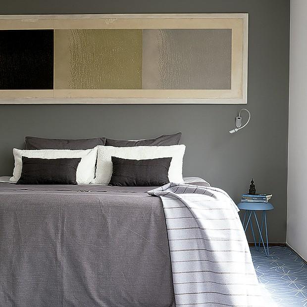 Os tons da parede e da cama favorecem a profundidade do quarto (Foto: Lufe Gomes/ Editora Globo)