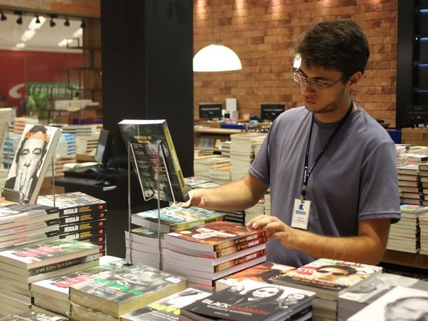 O estudante Matheus Carvalho conseguiu o primeiro emprego em um livraria do shopping. (Foto: Rivângela Gomes/G1)