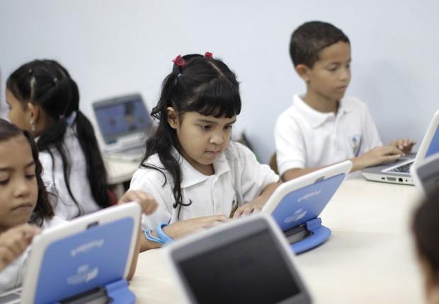 Alunos do ensino fundamental aprendem inglês em sistema digital no projeto Canaiama (Foto: Jorge Silva/Reuters)