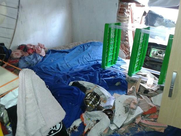 Casa foi atingida por carro (Foto: Carmen Silva/Rede Amazônica)