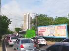 Acidente com poste e obra em via causam caos no trânsito em Manaus