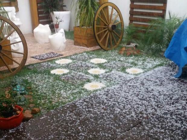 Chuva de granizo atingiu Paranavaí, no noroeste do Paraná, nesta segunda-feira (15) (Foto: Arquivo pessoal/Sueli Machado Zaneti)