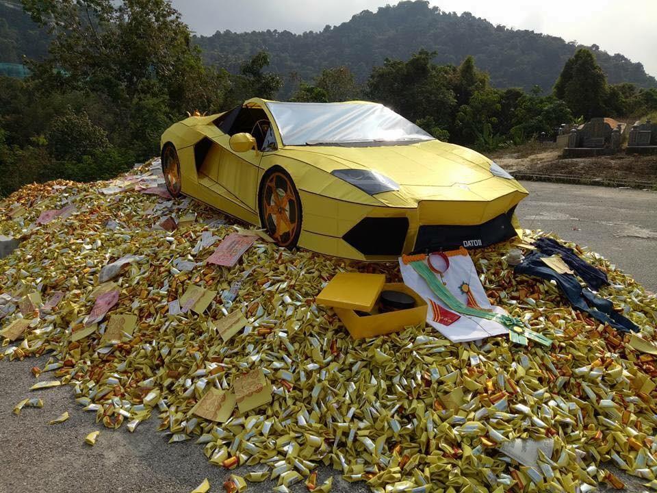Lamborghini de papel (Foto: Reprodução/Facebook)