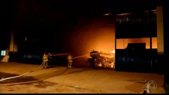 Incêndio em oficina mecânica destrói três veículos em Cajazeiras, no Sertão da PB