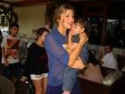 Grazi Massafera almoça com a filha Sofia em churrascaria no Rio